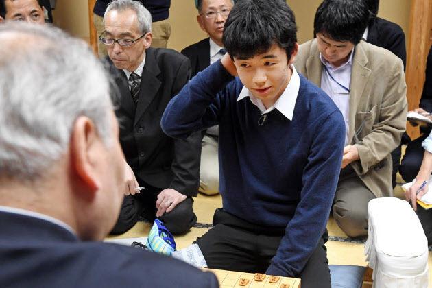 【神童】中学生プロ棋士・藤井四段が羽生三冠を破る!非公式戦で格上棋士を次々となぎ倒す!