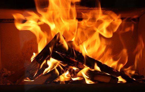 """【やったぜ】ニコ生で24時間""""薪""""が燃え続けるだけの生放送が復活wwwww"""
