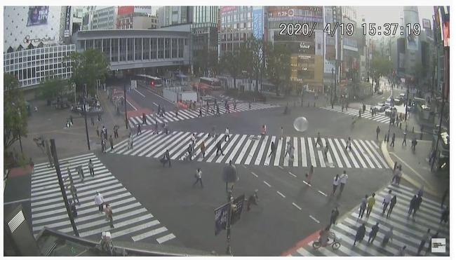 男性  渋谷 スクランブル交差点 巨大 エアーボール 移動 職務質問 職質 に関連した画像-03