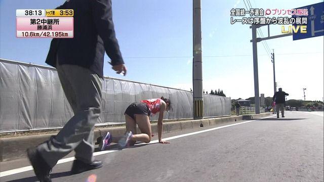 【物議】 女子駅伝で転倒し四つん這いで200mを流血しながらタスキを渡す → 「運営に問題ある」、「選手生命にかかわる」