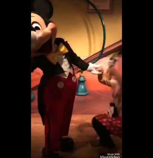 ミッキー キス 女子 神対応 ディズニーに関連した画像-04