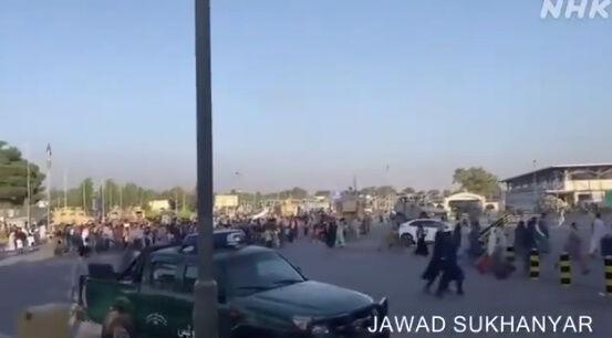 アフガニスタン タリバン 空港 カブール空港 アメリカ 市民 逃げ出す 米軍に関連した画像-07
