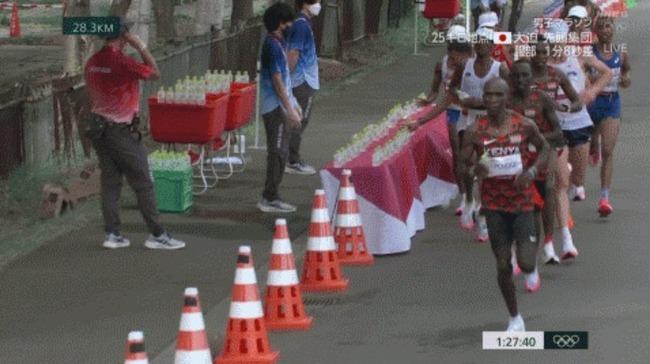東京五輪 男子マラソン 給水場 水 薙ぎ払い 鬼畜 非人道的行為に関連した画像-01