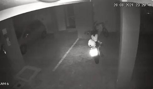 夜中 駐車場 人感センサー 防犯カメラ バイク 心霊現象に関連した画像-01