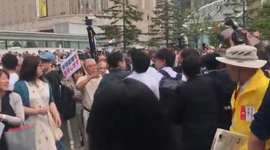 安倍総理 演説 北海道 左翼 妨害に関連した画像-05