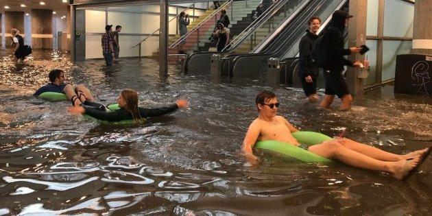 スウェーデン ウプサラ 都市 豪雨 洪水 開き直り 浮き輪に関連した画像-02