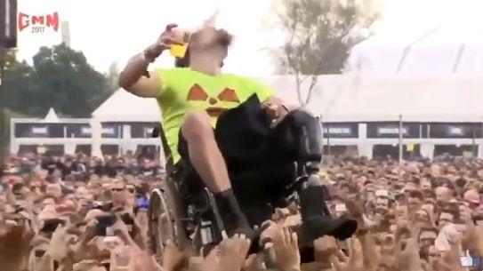 ヘヴィメタル 車椅子 ダイブに関連した画像-02