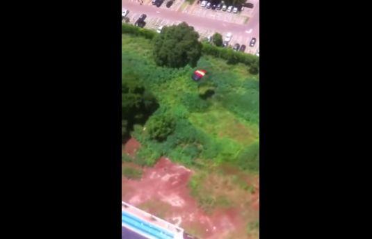 マンション 動画 通販 パラシュート 飛び降り 批判 号泣 家族に関連した画像-09