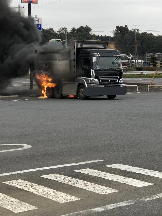 ミニストップ 駐車場 トラック 炎上 ツイッターに関連した画像-03
