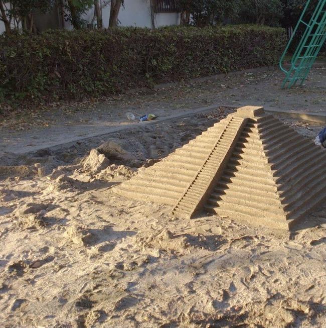 ツイッター 砂場 遊び場 子供 ピラミッドに関連した画像-02