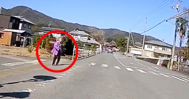 【動画あり】「横断歩道の歩行者の横断待ちしてたら次々と追い越されたんだけど…これ俺が悪いのか?」