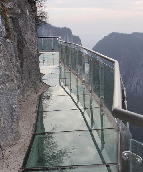 e9217891 中国の1430mの崖に存在するガラスの道!