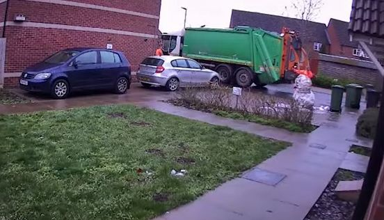 ゴミ収集作業員 ゴミ捨て場 雪だるま 破壊 人生終了 解雇に関連した画像-01