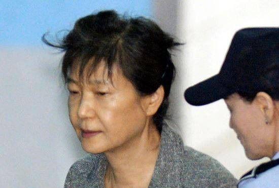 パク・クネ 懲役24年 18億円に関連した画像-01