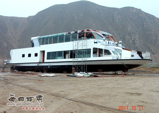 luxury-boat-lanzhou-sinks-after-launch-02