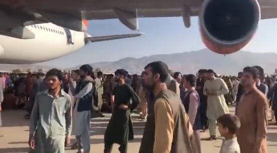 アフガニスタン タリバン 空港 カブール空港 アメリカ 市民 逃げ出す 米軍に関連した画像-05