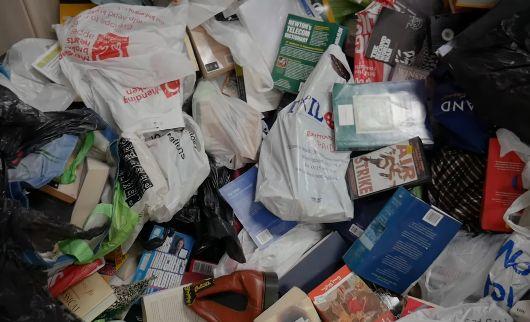 ゴミ屋敷 男性 収集品 オークションに関連した画像-01