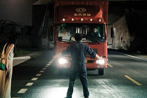 【賛否】夜行バスに乗り遅れた男性 「乗せろ」と立ちふさがり運行妨害→運転手「絶対に無理です」と断固拒否(動画あり)