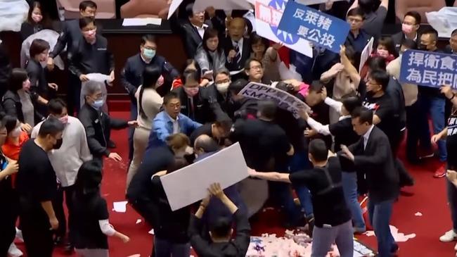 台湾 国会 豚 内蔵 投げあいに関連した画像-01