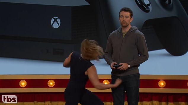 XboxOneX 宣伝 プロモーション 股間 いじめ プレイ体験 に関連した画像-04