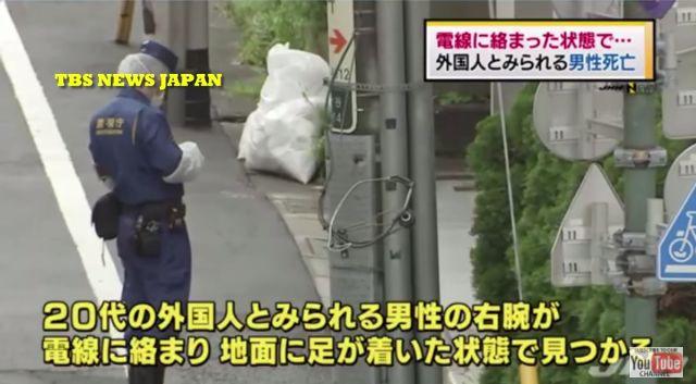【怪事件】渋谷区の路上で電柱から垂れた電線のようなものに絡まり、立ったまま死亡している男性が発見される
