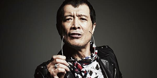 ライダースジャケットを着てサングラスを持っている矢沢永吉の画像