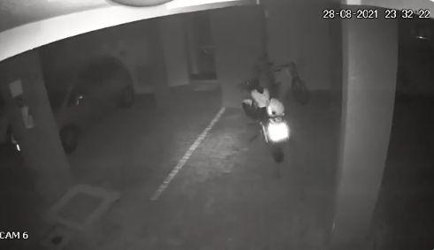 夜中 駐車場 人感センサー 防犯カメラ バイク 心霊現象に関連した画像-03