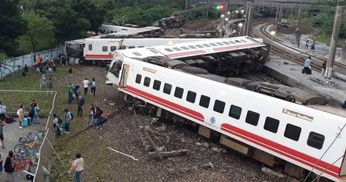 """台湾で脱線事故が発生し死者多数、車両は""""日本製""""の模様"""