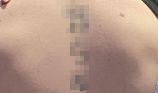 外国人 女性 若気の至り 背中 タトゥー 知らぬが仏に関連した画像-01