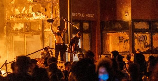 アメリカで白人警官が黒人男性を殺害→内戦レベルのやべー暴動に発展して非常事態宣言する事態に