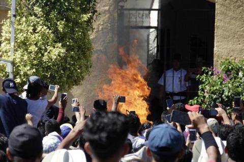 誘拐犯と間違えられた男性が集団リンチからの火炙りで殺されてしまう