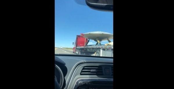 【ネバダ州】エリア51に続く道路にて「UFO」を輸送中の怪しいトラックを撮影