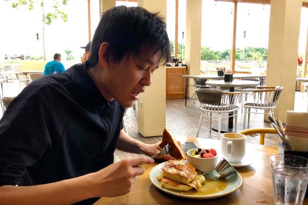 クイーンカピオラニホテルのデックで朝食 14