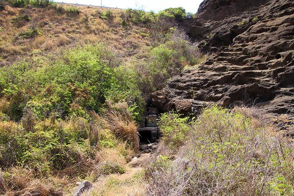 ハロナ  ビーチ  コーブの洞窟の反対側はこうなってます  2