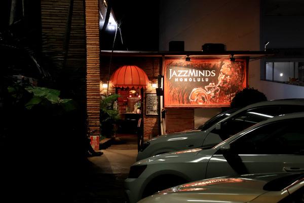 夜のカラカウアからカピオラニ通りをアラモアナ方面に歩く 6