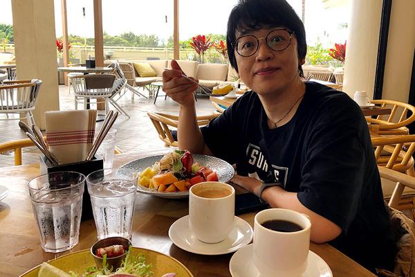 クイーンカピオラニホテルのデックで朝食 15