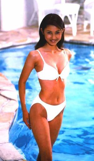 肌の色と白い水着のコントラストがまぶしい菊川怜