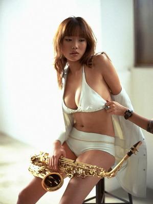 佐藤江梨子さんのビキニ
