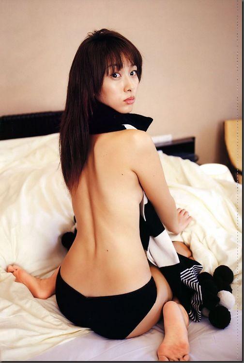黒い水着にマフラーをしてベッドに座る坂下千里子