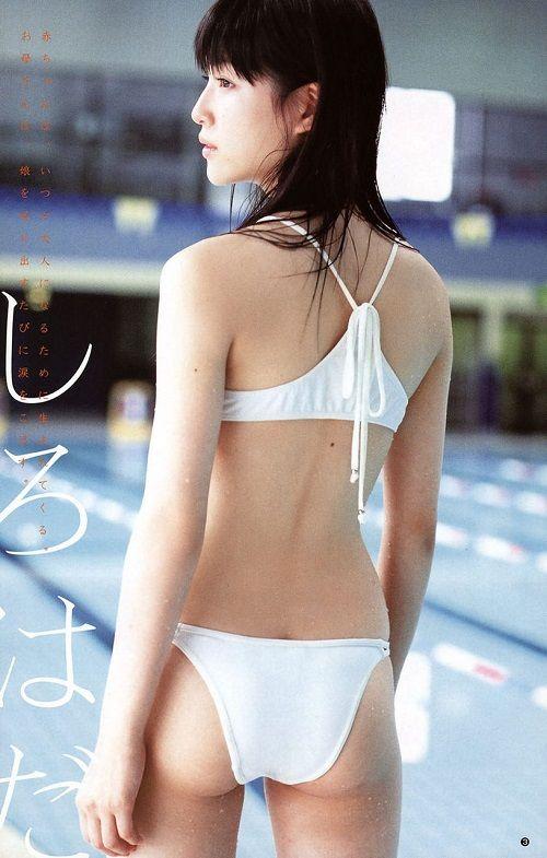 ロングヘアに白のビキニの平田薫