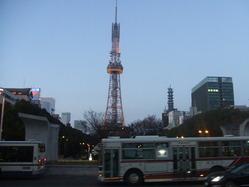 テレビ塔とバス