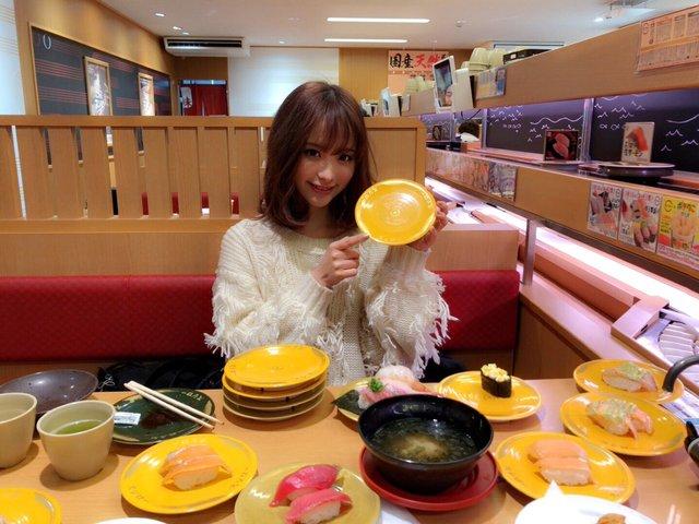 セクシー女優・桃乃木かなさん、スシローで22皿くらい平らげる