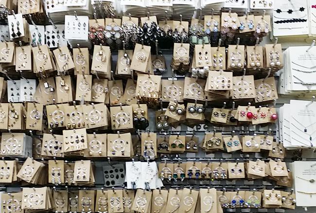 市場の中では現地バイヤー、エージェントを連れた日本人バイヤーをよく見かけます。本格的に仕入れをしたい人は「エージェント 仕入れ 韓国 」でググるといいですよ。