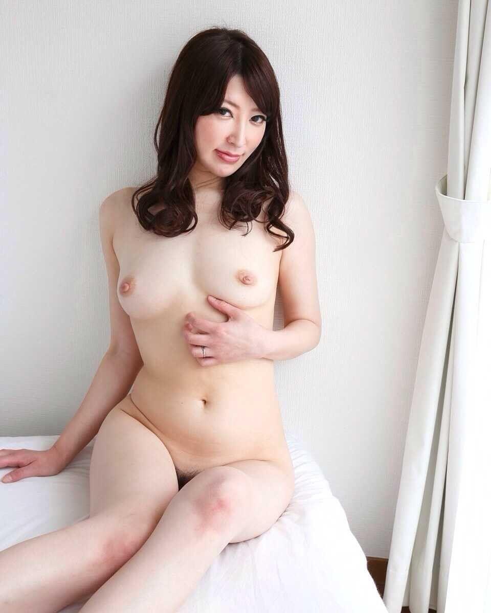 ベッドの上で全裸で誘惑してくる美人お姉さんのエロ画像まとめ 84枚
