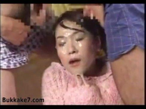 【ぶっかけ・顏射】顔面にザーメンぶっかけられて街中連れ回されて感じる歪曲M女!