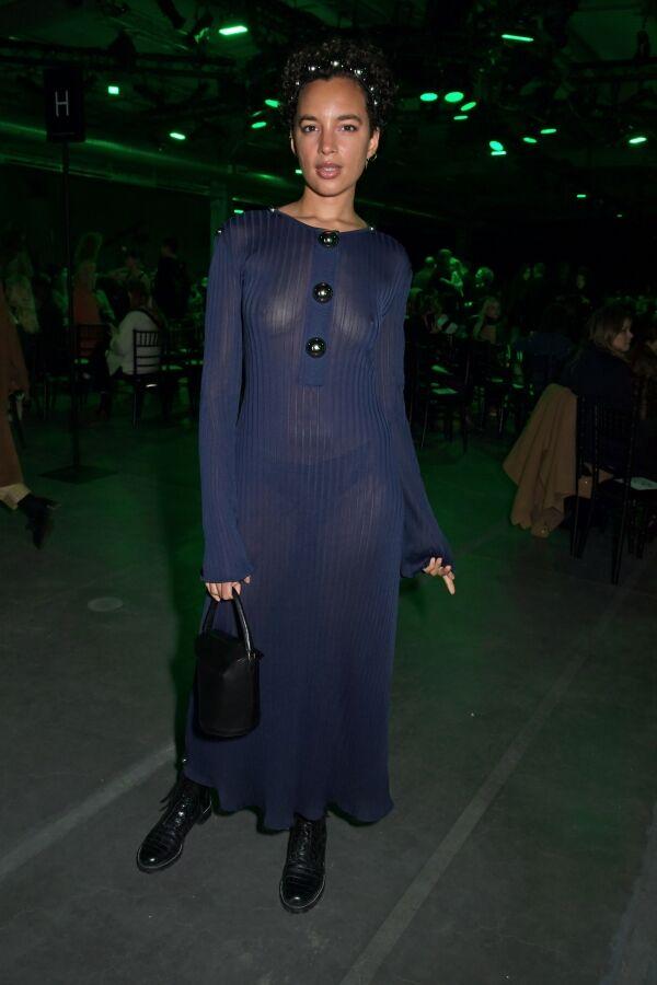 【圧巻】Phoebe Collings-James (フィービー・コリングス=ジェームズ)がエレガントなスケスケドレスで登場