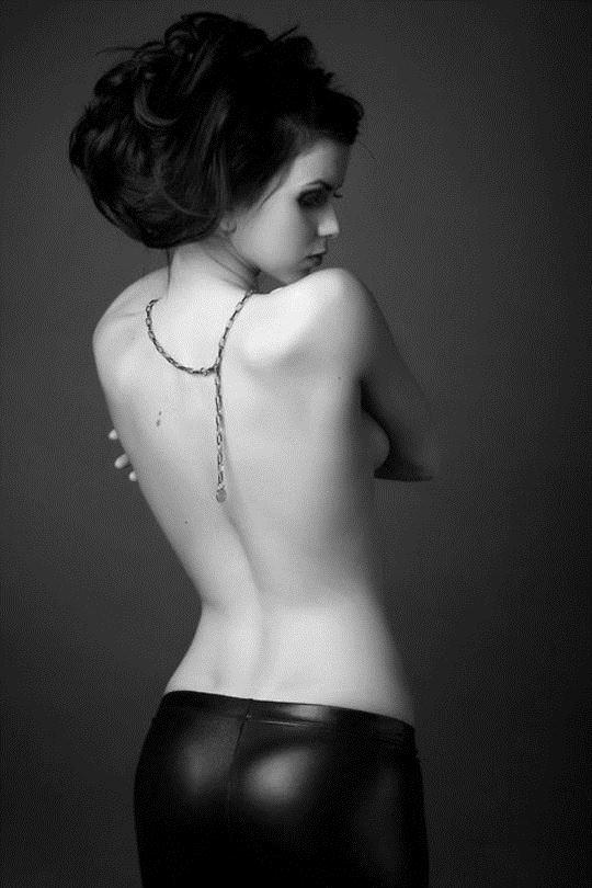 【外人】巨乳おっぱいおっぱいを隠して美し背中を晒す美女のポルノ画像