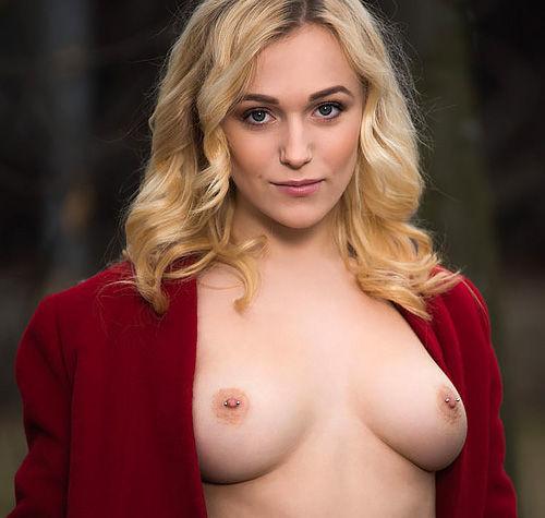 【お姉さん・美人】素肌にコート羽織ってると何故か全裸よりヤラシイw-美女な金髪姉さんのHな姿をご覧くださいwww