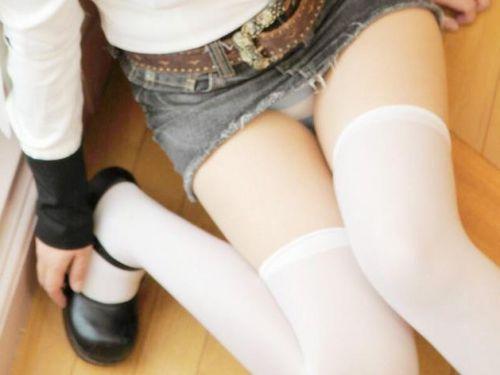 【ギャル】白ニーソを履いたコスプレギャル達のパンチラや絶対領域のエロ画像-42枚