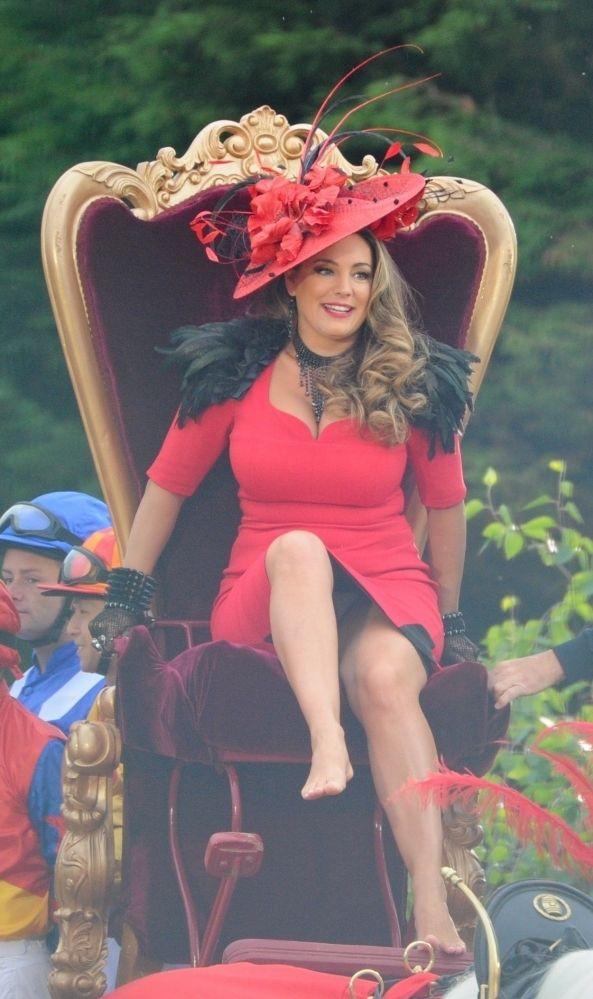 [パパラッチ写真]イギリス人女優ケリー・ブルックが、CM撮影中の股間パンチラを捉えた!